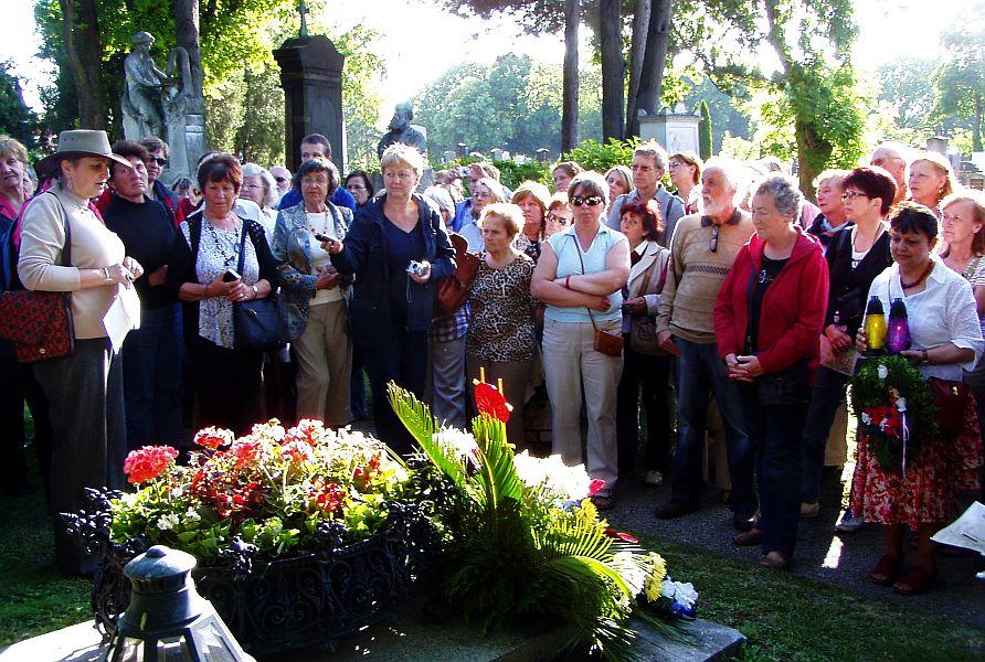 Před hrobem dr. Holuba