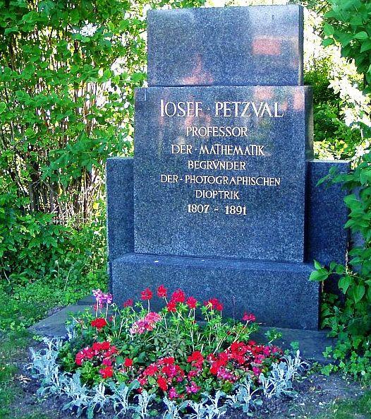 Náhrobek Josefa M.Petzvala, klikem zvětšíte