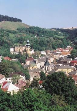 Historické jádro Banské Štiavnice, část města nad Starým zámkem (vlevo a uprostřed) se nazývá Kutenberg.